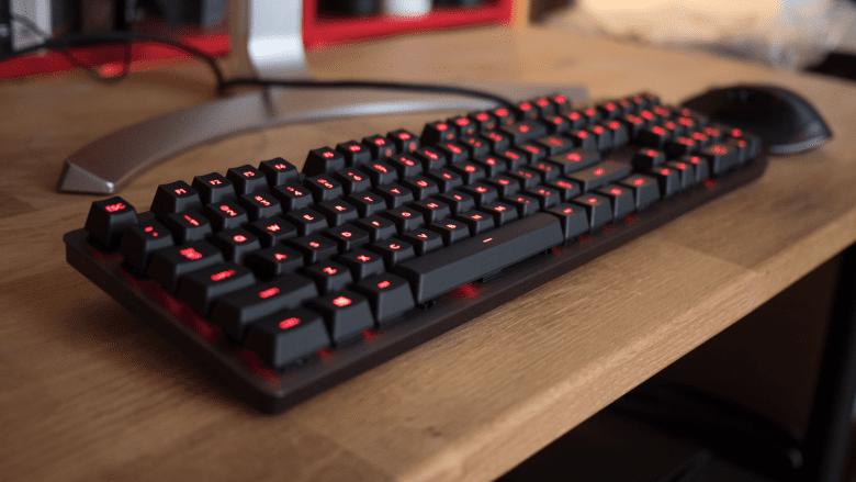 игровая клавиатура на столе