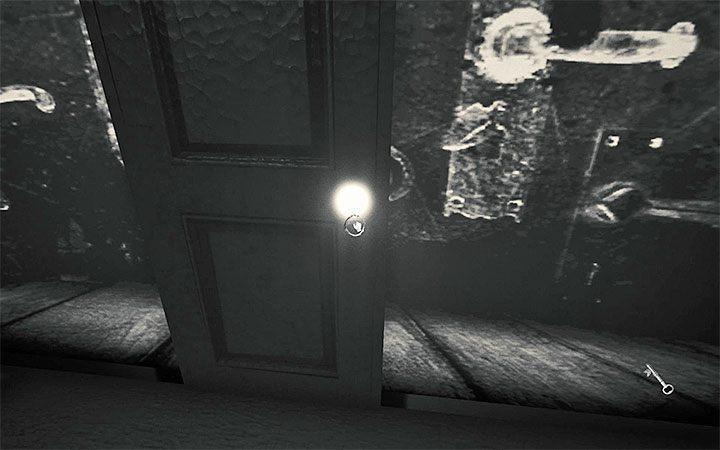 В конце концов доберитесь до светящейся ручки и откройте дверь, чтобы пройти сквозь экран - Вторая загадка с проектором   Решение загадки в Layers of Fear 2 - Layers of Fear 2 - Руководство по игре
