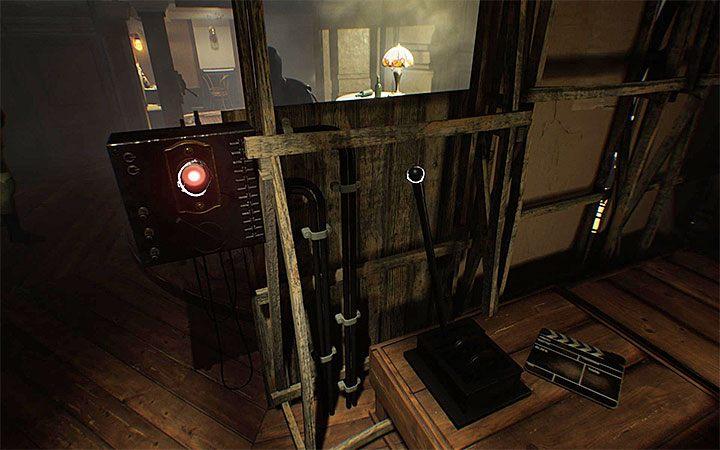 Пройдите в другой конец комнаты, где вы найдете кнопку и два рычага - Загадка с подвесным креслом   Решение загадки в Layers of Fear 2 - Layers of Fear 2 - Руководство по игре
