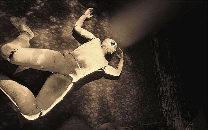 Идите к кровати, над которой висит манекен, и используйте разорванную карту - головоломка в спальне. Решение загадки в Layers of Fear 2 - Layers of Fear 2 - Руководство по игре