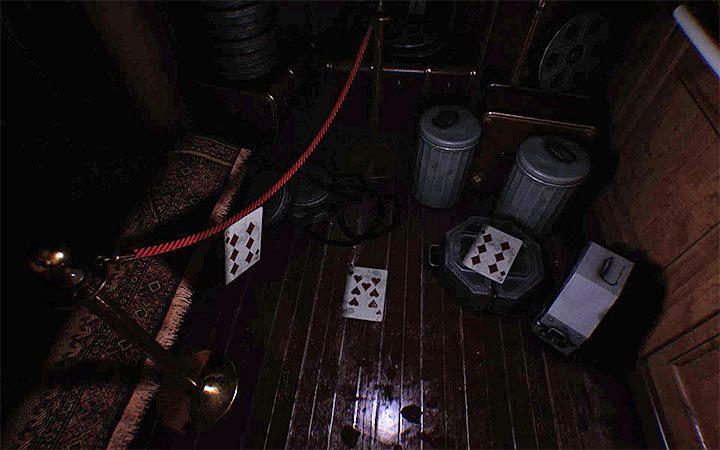 Осмотрите область для трех игральных карт, лежащих на полу - на рисунке выше показано - Третья головоломка с замком   Решение загадки в Layers of Fear 2 - Layers of Fear 2 - Руководство по игре