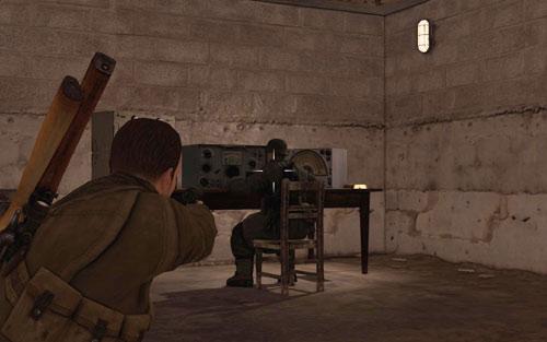 Пройдя в башню и дойдя до комнаты с боеприпасами, слева вы найдете комнату с радиостанцией [# 6] - Миссия 6    Бутылки с вином и золотые слитки - Бутылки с вином и золотые слитки - Руководство по игре и прохождение игры Sniper Elite V2