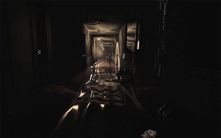 Zaliczeniem zagadki będziesz musiał zająć się niedługo po tym jak dotkniesz ekranu i znajdziesz się w zalanym korytarzu z lewitującymi przedmiotami z powyższego obrazka - Zagadka z doniczką i cieniami   Rozwiązanie zagadki w Layers of Fear 2 - Layers of Fear 2 - poradnik do gry