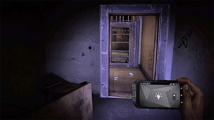 Исследуя блок B убежища, вы пройдете мимо камеры Джона Китингса и доберетесь до запертой двери, представленной на скриншоте. Как разобраться с электронной дверью в убежище (черная)?  - Решая головоломки - Get Even Game Guide