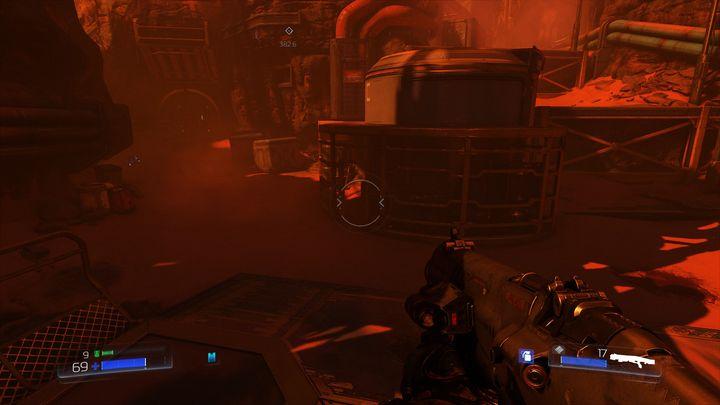 Если вы повернетесь, стоя на сундуках, вы должны заметить проход между решетками с левой стороны - UAC |  Секреты - Секреты - Руководство по игре в Doom и прохождение